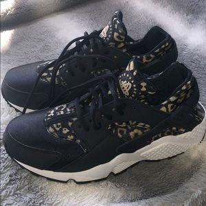 Nike Air Huarache 8.5 Black w/animal print